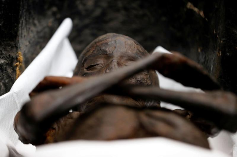 'Lanetli' denilen Sennedjem mumyası lahitten çıkarıldı