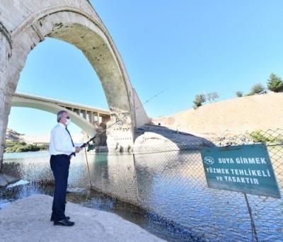 Diyarbakır Valisi Malabadi köprüsünde balık tuttu