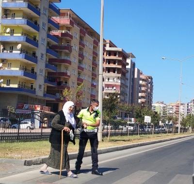 POLİS'TEN YAŞLI KADINA ŞEFKAT ELİ