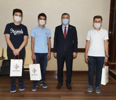 YKS'de ilk 10 bine giren öğrencilere ödül